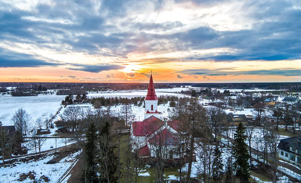 Hageri kiriku tornitipp päikese loojangul